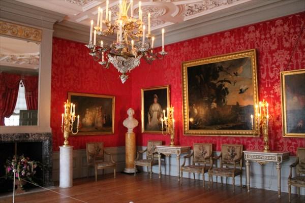 Светлая комната в красных тонах