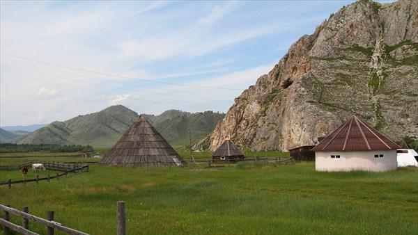 Этнодеревня в Усть-Кане. На скале - вход в пещеру