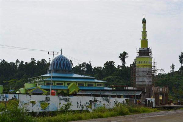 Новенькая яркая мечеть
