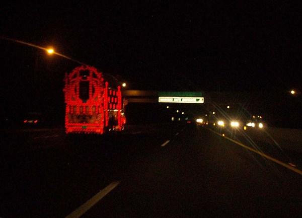 Расписной пакистанский грузовик ночью