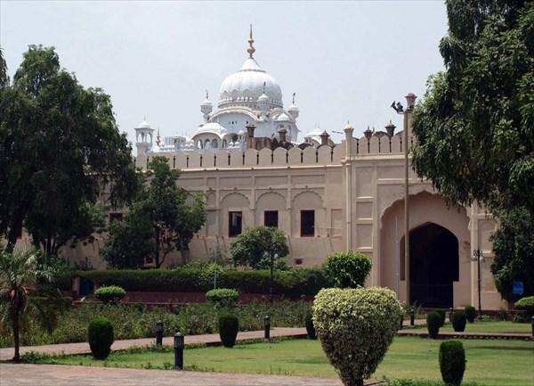 Купола Жемчужной мечети с территории форта