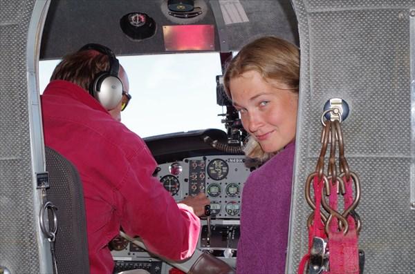 В кабине с пилотом лететь интереснее всего ! :)