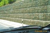 Стена у дороги