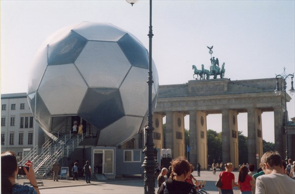 Бранденбудгские ворота и символ ЧМ-2006 по футболу, Берлин