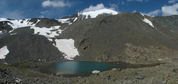 Озерцо в начале подъема на перевал