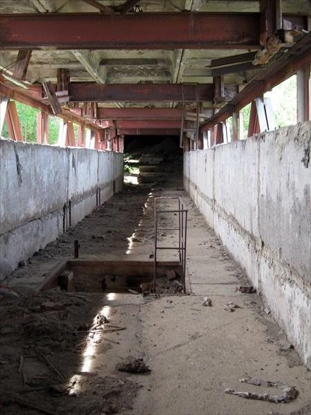 Коридор, по которому пробираемся внутрь самого завода