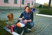 На вокзале Симферополя нас встречает любопытная местная дворняга