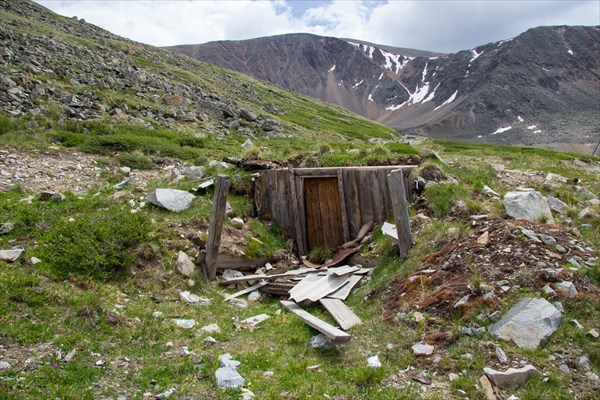 Развалины землянки у Калгутинского рудника