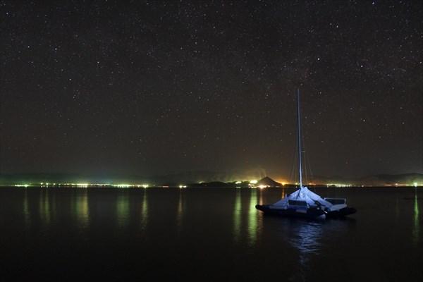 Наш плавучий дом на ночном фоне курортов Новой Бухтармы