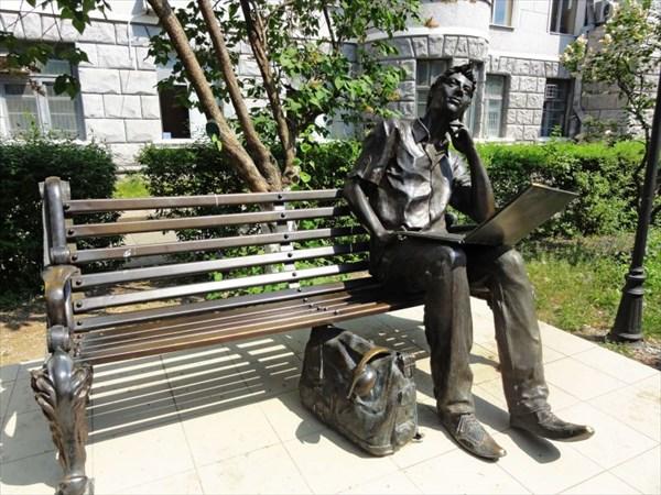 Памятник молодому программисту (молодому Волку).