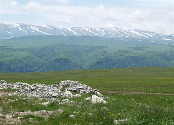 На вершинах гор еще лежит снег