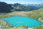 Озеро в верхнем цирке перевала Беляева
