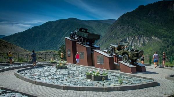 Памятник водителям Чуйского тракта и Кольке Снегиреву.