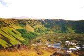Кратер вулкана на острове Пасхи, где растет камыш