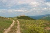 По дороге красивые горы-куэсты