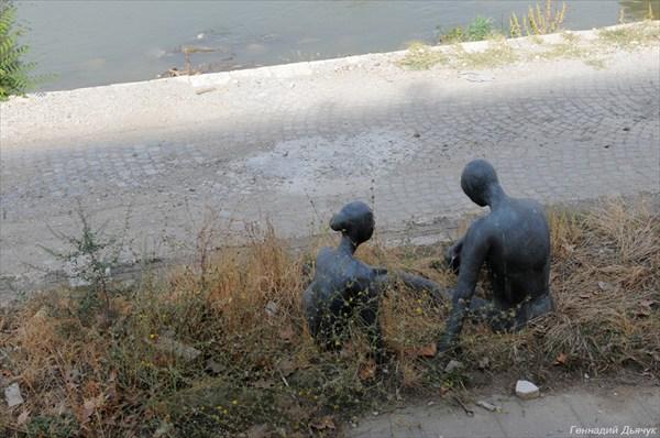 Памятники набережной Вардара