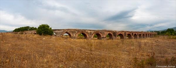 Римский акведук. Точнее его половина.