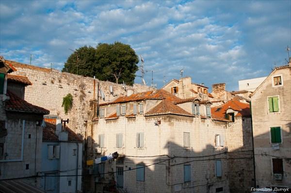 Сплит. Дома прижатые к стенам дворца Диоклетиана.