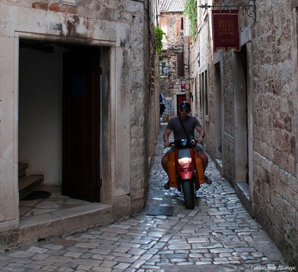 Старые, узкие улицы, явно не для автомобилей