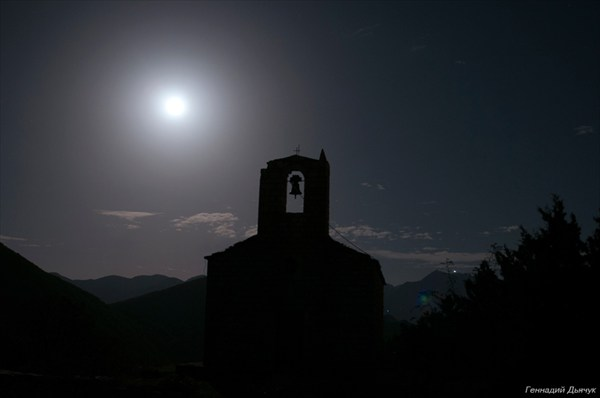 Святи церква в лунном свете