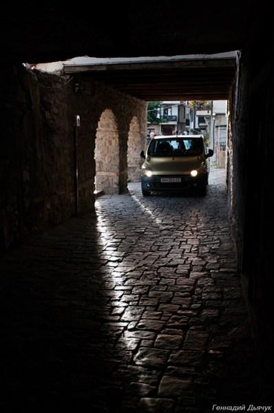 Охрид. Хотя город и старый, но место для машин найдется.