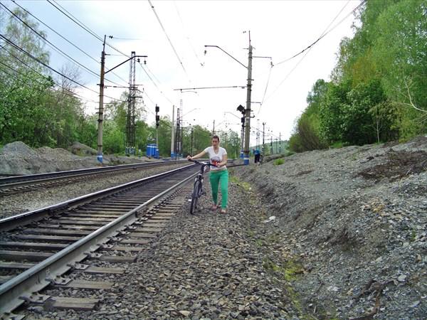 РЖДешники ругаются - ходить по путям нельзя. Но другой тропы нет