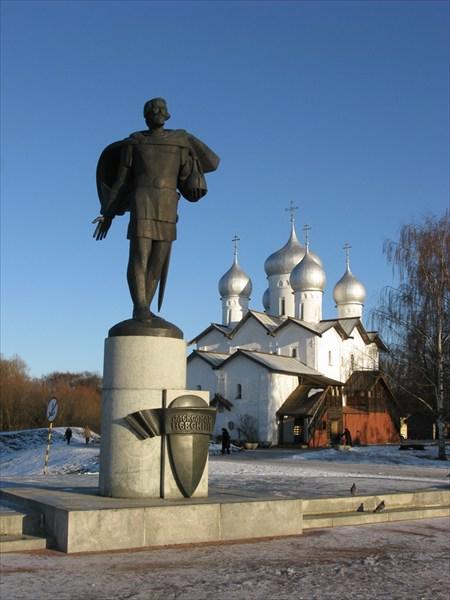 Храм Бориса и Глеба в Плотниках 1536 и памятник Ал. Невскому