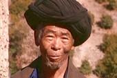 Дедушка в нетипичном для тибетцев головном уборе