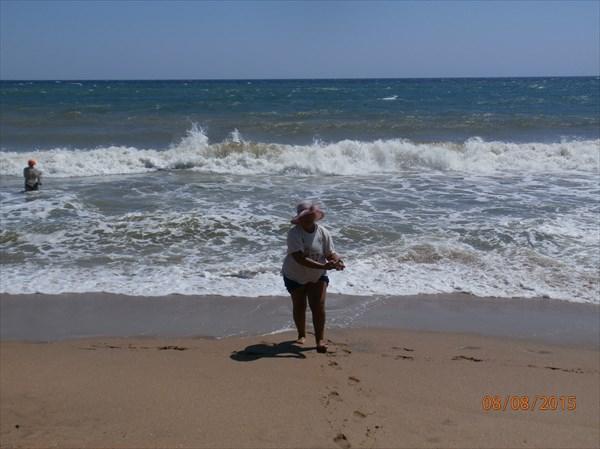 Тут на пляже мы и кильнулись пятью байдарками...