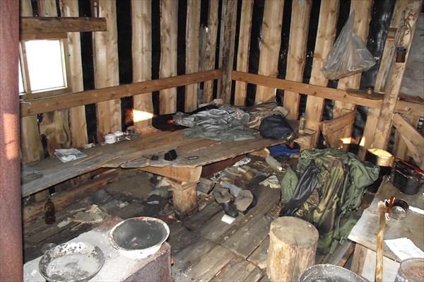 В сарае оленеводов на хребте Маньквотнёр