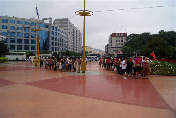 Маленькие организованные группы китайцев перед океанариумом