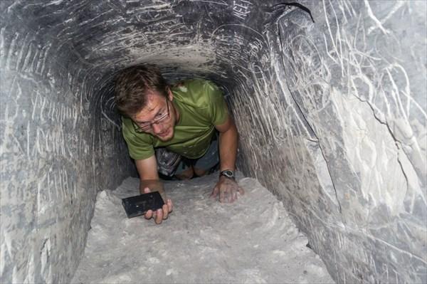 Леха исследует очередную узкую щель