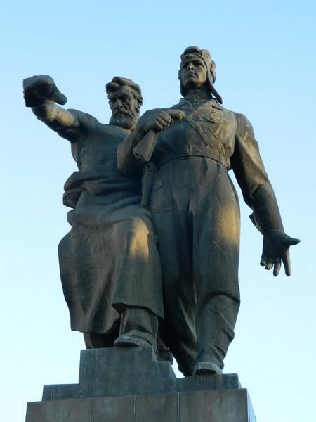 Памятник на вокзальной площади Е-бурга.