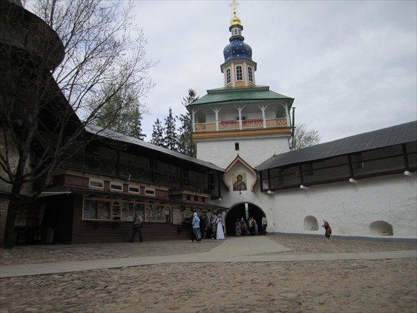 Петровская надвратная башня
