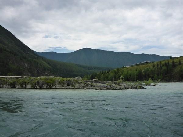 Справа на высоком берегу алтайская дача Пу (местные так говорят)
