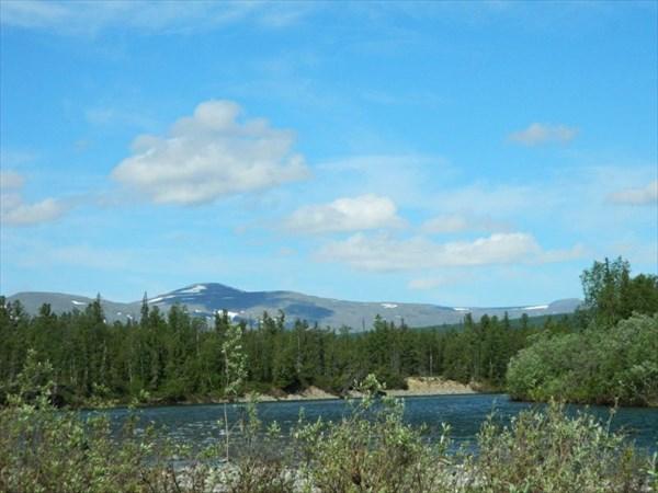 Вдали еще видны горы.
