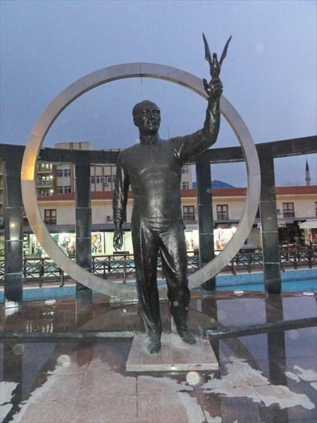 Памятник Кемалю Ататюрку, Кемер
