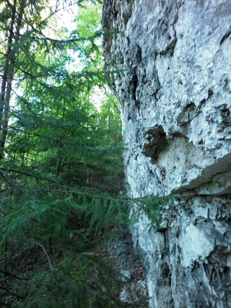 Вышходы каменных пород на скалах долины