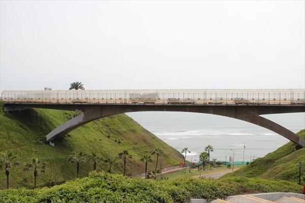 Океан прячется под мостом