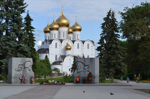 """""""Вечный огонь"""" и Успенский кафедральный собор"""