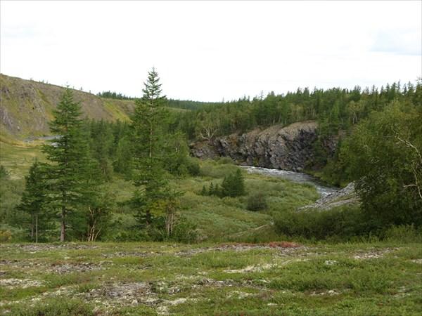 Река в скалистых берегах