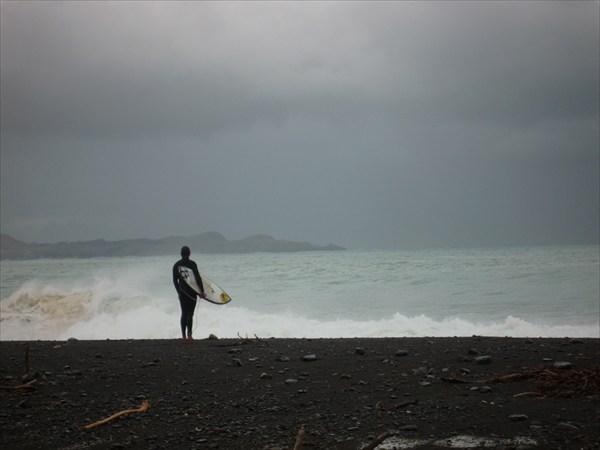 Серфингист и море