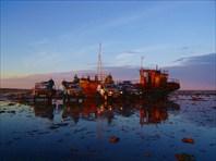 Затонувший баркас на берегу
