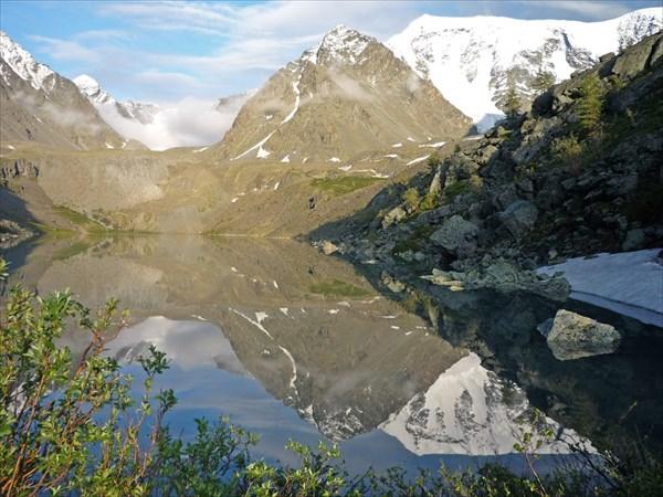 Озеро Зеленое. Вид на ледник Западный и отроги Катунского хребта