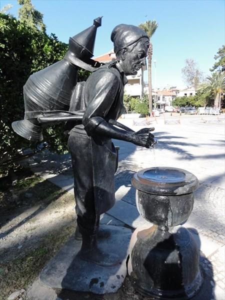 Памятник водоносу