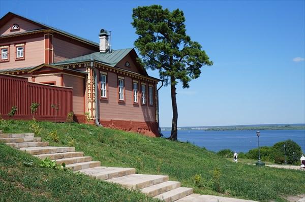 В этом доме в 1918 году жил Л. Троцкий,  а сейчас – музей Гражда