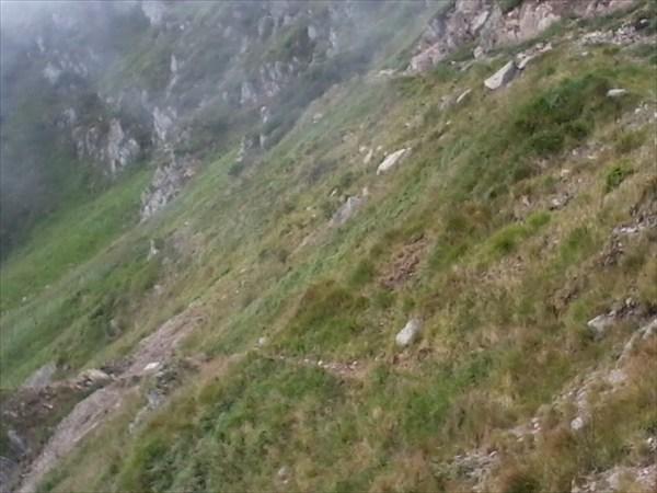Тропиночка которая гипотетически огибает гору и ведет к вершине