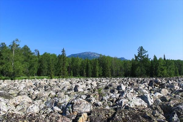 На горизонте Гора Машак.