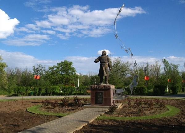 Памятник В.П.Чкалову на входе в городской парк Ахтубинска
