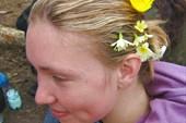 носи цветы у себя в волосах